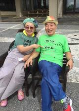 宮川大助・花子。写真は仕事先の沖縄で撮影し、手術決定の記念に作ったTシャツを着用している