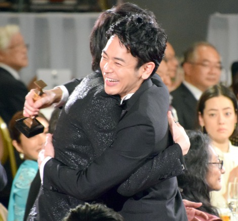 綾野剛とハグをする妻夫木聡