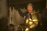 NHKで放送中の大河ドラマ『おんな城主 直虎』第9回「桶狭間に死す」より。松平元康(阿部サダヲ)は混乱のさなか、空になった古巣の岡崎城に入城し、今川家からの独立を果たす(C)NHK