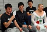 サイバーエージェント藤田社長(中央)からレギュラーを提案されて感激する加藤浩次(左)と山本圭壱 (C)ORICON NewS inc.