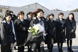 福島で献花と黙とうを捧げるメンバー(C)AKS