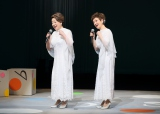 ファイナル公演で熱唱する妹・由紀さおり(左)と姉・安田祥子
