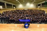 母校・横浜市立谷本中学校でライブを行った秦基博