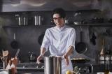 高橋一生のインスタグラムが3日間で31万フォロワーを突破。9日にはガネ姿で料理をする写真を投稿した