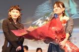 グランプリの平山さんに花束を手渡したコムアイ (C)ORICON NewS inc.