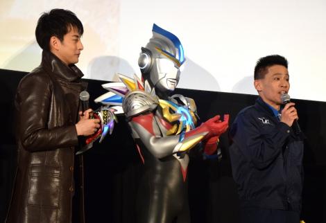 ウルトラマンオーブのサプライズに感激した様子の柳沢慎吾(右) (C)ORICON NewS inc.
