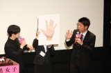 島田秀平(右)が登場し、手相診断を行った (C)ORICON NewS inc.
