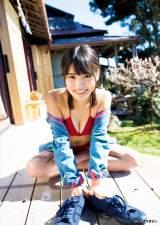 真っ赤なビキニで笑顔を見せた松永有紗(C)桑島智輝/ヤングマガジン