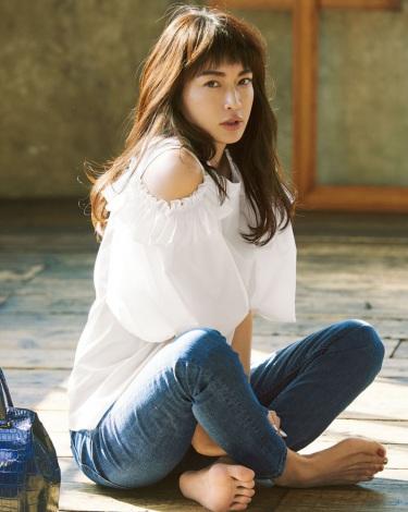 ファッションカタログで創刊号表紙を飾る長谷川京子