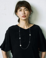 ファッションカタログ『So close,』の創刊号表紙を飾る長谷川京子