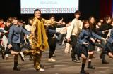 200名の参加者と「学割ってるダンス」を披露 (C)ORICON NewS inc.