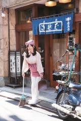 お蕎麦屋さんでアルバイトをする花田千里を演じた清水あいり (C)中山雅文/集英社