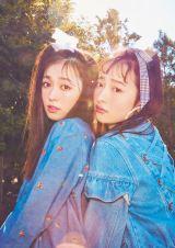 生前に撮影された松野莉奈さん(右)の『LARME027』誌面カットが公開に(徳間書店)