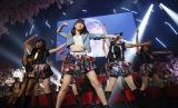 """モーニング娘。'17と結成したユニット""""サシニング娘""""の「Get you!」を披露した指原莉乃=AKB48の8thアルバム発売記念イベント (C)AKS"""