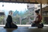 大河ドラマ『おんな城主 直虎』第11回より。元康からのお礼の品とともに、文が届けられた。次郎法師と直親(三浦春馬)(C)NHK