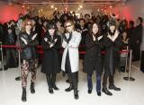 抽選で当選したラッキーなファン300人とともにXポーズ Photo by Yoshika Horita