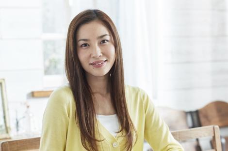 黄色の服を着ている瀬戸朝香