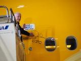 「C-3PO ANA JET」の機体にサインを入れたアンソニー・ダニエルズ (C)ORICON NewS inc.