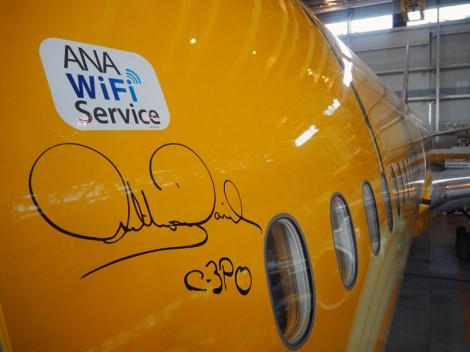 「C-3PO ANA JET」の機体に記されたアンソニー・ダニエルズのサイン (C)ORICON NewS inc.