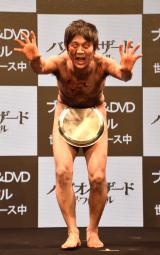 """ソンビの特殊メイクで""""裸芸""""を披露したアキラ100%"""