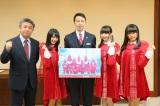 新潟県庁で米山隆一県知事にメジャーデビューすることを報告したNGT48(C)AKS