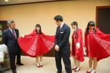 米山隆一新潟県知事に朱鷺をイメージした衣装を披露する北原里英(C)AKS