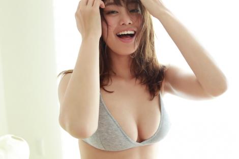 新しい魅力発揮した稲村亜美 (C)佐藤裕之/週刊プレイボーイ