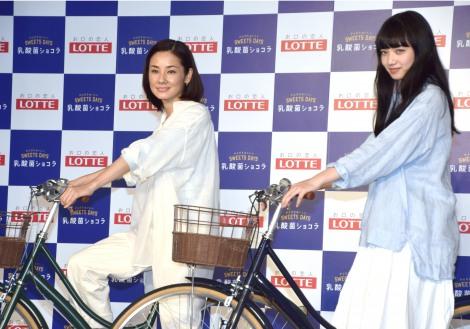 自転車に乗ってさっそうとステージに登場した(左から)吉田羊、小松菜奈=ロッテ『乳酸菌ショコラ新商品&新キャンペーン発表会』 (C)ORICON NewS inc.