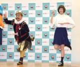 CMのニチガスダンスを披露した(左から)出川哲朗、本田翼 (C)ORICON NewS inc.