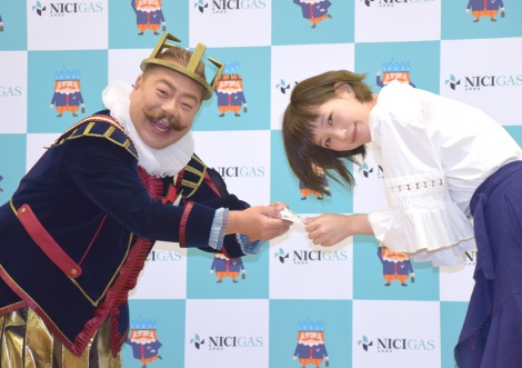 ニチガスの新CM記者発表会に出席した(左から)出川哲朗、本田翼 (C)ORICON NewS inc.