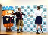 CMのニチガスダンスを披露した(左から)出川哲朗、本田翼=ニチガスの新CM記者発表会 (C)ORICON NewS inc.