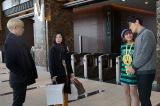 日本テレビ系連続ドラマ『東京タラレバ娘』(毎週水曜 後10:00)より(左から)坂口健太郎、吉高由里子、石川恋、鈴木亮平(C)日本テレビ