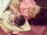 生まれたばかりの第二子男児を抱く後藤真希。ブログで出産を報告した