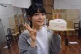 バースデーケーキを手に笑顔を見せる深川麻衣