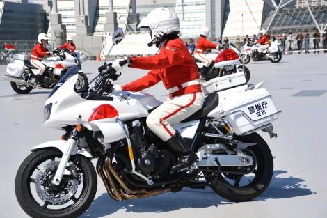 正しい姿勢で乗車する警視庁女性白バイ隊員/『第44回 東京モータサイクルショー』内イベントにて (C)oricon ME inc.