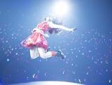 「行くぜっ!怪盗少女」のカバーでエビ反りジャンプを披露したHKT48の矢吹奈子 (C)AKS