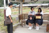 HK連続テレビ小説『ひよっこ』第1週より。奥茨城村・バス停で幼なじみの3人(左から)三男(泉澤祐希)、時子(佐久間由衣)、みね子(有村架純)