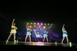 地元・埼玉県代表の高橋彩音(左)らが「渚のCherry」を披露(C)AKS