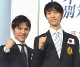 『世界フィギュアスケート国別対抗戦2017』日本代表選手発表・記者会見に出席した(左から)宇野昌磨、羽生結弦 (C)ORICON NewS inc.