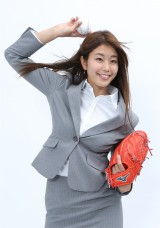 甲子園球場で始球式を行う稲村亜美