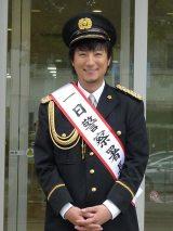 鎌倉警察署で一日警察署長を務めた上地雄輔(写真提供:NHK)