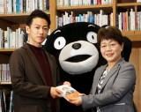 写真左から佐藤健、くまモン、宮尾千加子熊本県教育長