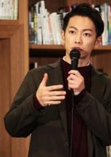 熊本市現代美術館で書籍『るろうにほん 熊本へ』の完成を報告した佐藤健
