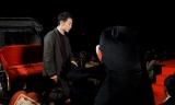 『くまもと復興映画祭』のオープニングイベントでくまモンにエスコートされる佐藤健