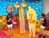 初の誕生日を迎えたテレ東のマスコットキャラ『ナナナ』(左から:狩野恵里アナ、鷲見玲奈アナ) (C)ORICON NewS inc.