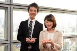 朝の情報番組『ZIP!』(毎週月〜金曜 5:50)に加入する平松修造アナと尾崎里紗アナがZIP!ポーズ (C)日本テレビ