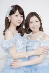 劇場デビュー10周年を迎えたAKB48の柏木由紀と渡辺麻友(撮影:草刈雅之)