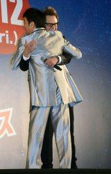 ジェームズ・ガン監督とハグをする加藤浩次=『ガーディアンズ・オブ・ギャラクシー:リミックス』のギャラクシー・カーペット・イベント