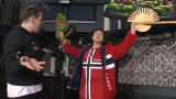 4月11日放送、TBS系『ぶっこみジャパニーズ8』ノルウェーの首都・オスロの間違った女形のパフォーマーに河合雪之丞が弟子入り(C)TBS