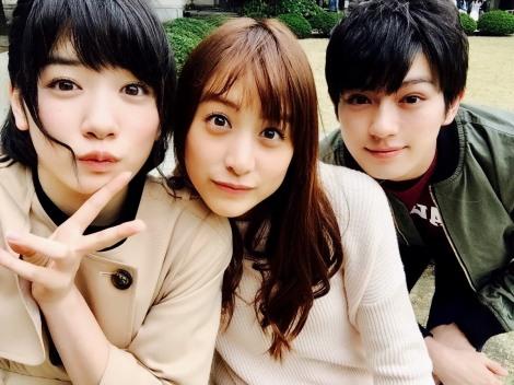 映画『ピーチガール』オフショット(左から)永野芽郁、山本美月、真剣佑 (C)2017「ピーチガール」製作委員会